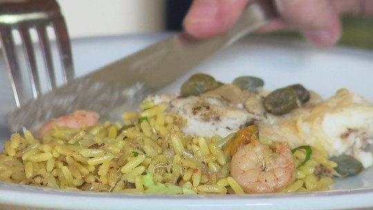 Aprenda a preparar arroz caiçara com filé de pescado e alcaparras