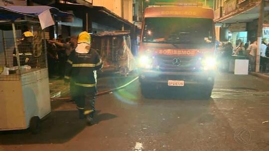 Bombeiros combatem incêndio em loja no Centro de Juiz de Fora