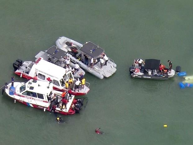 Equipes de resgate durante retirada de corpos em Paraty (Foto: Reprodução/TV Globo)