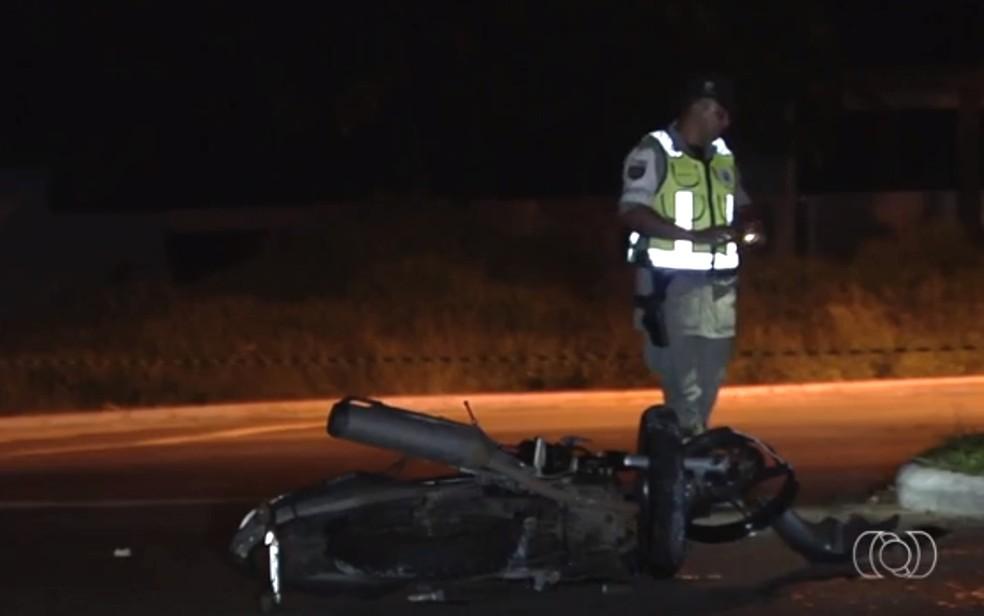 -  Homem morre em acidente na Avenida Juscelino Kubitschek, em Goiânia  Foto: TV Anhanguera/ Reprodução