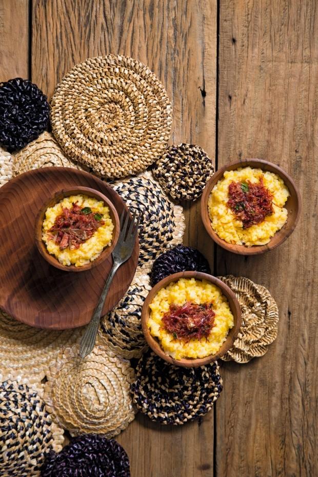 Quirera cremosa de milho com queijo e carne-seca. Adornos de palha da Artiz (Foto: Bruno Grimaldi / Editora Globo)