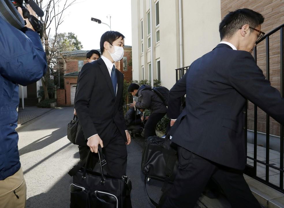 Procuradores entram na casa do ex-chefe da Nissan Carlos Ghosn, em Tóquio, nesta quinta-feira (2)   — Foto: Kyodo/ Reuters