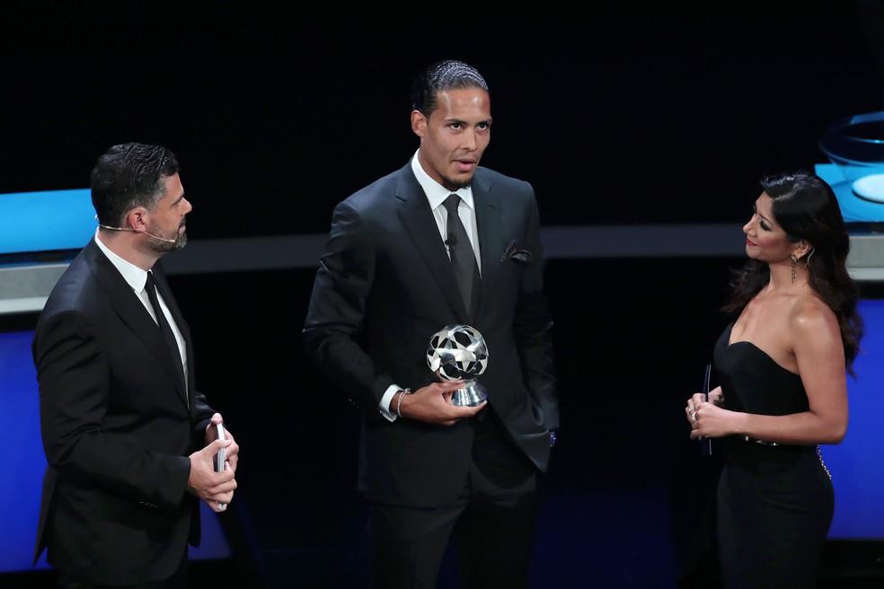 Van Dijk conquista prêmio de melhor defensor da Europa — Foto: Getty Images