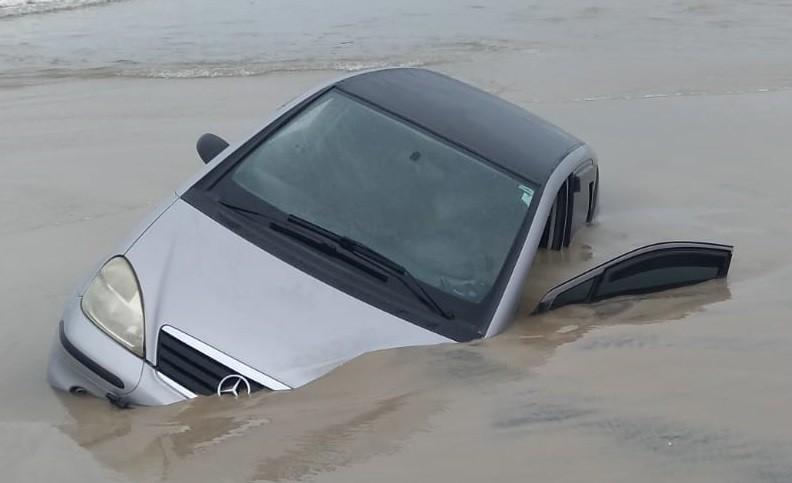 Carro aparece atolado na beira da praia de Capão da Canoa