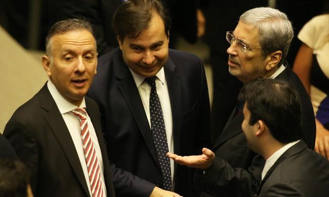 À direita, ao lado do presidente da Câmara, Rodrigo Maia, o ministro Antonio Imbassahy (PSDB-BA), o líder do Governo na Câmara, Aguinaldo Ribeiro(PP-PB) e o deputado Lucio Vieira Lima (PMDB-BA)