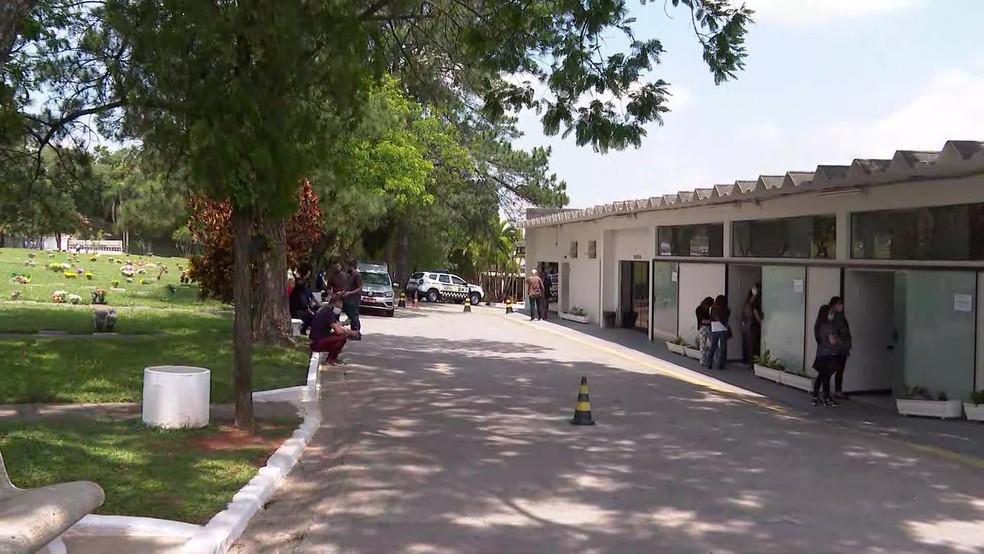 Corpo de Tom Veiga é sepultado em SP — Foto: Reprodução/TV Globo