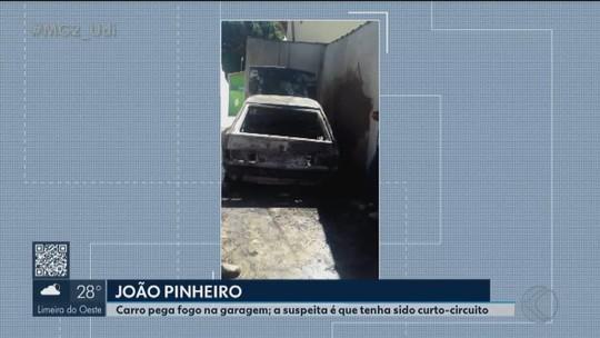 Carro é destruído pelo fogo em João Pinheiro