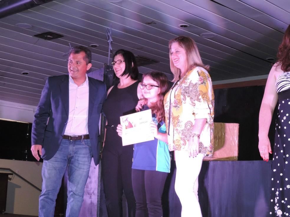 Na categoria Poesia, Ana Júlia Thomaz Moutinho, estudante da EMEF Angelino de Oliveira de Botucatu, ficou com o primeiro lugar  (Foto: Sérgio Pais / G1 )
