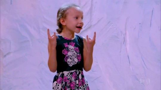 Conheça Beatriz da Silva Ferreira, a menina de seis anos que surpreendeu na bateria no 'Gonga La Gonga'