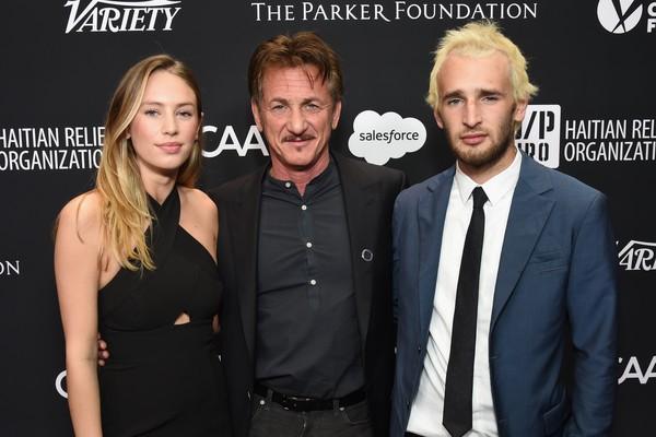 Sean Penn ao lado dos filhos Dylan e Hopper (Foto: Getty Images)
