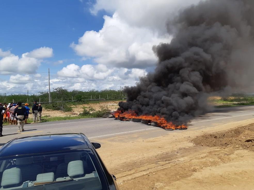 População interditou a BR-304, em Riachuelo, nos dois sentidos. Via foi liberada por volta das 10h — Foto: Polícia Rodoviária Federal/Divulgação