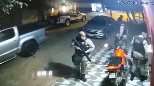 VÍDEO: Imagens de câmera de segurança mostram PMs invadindo casa e agredindo família no oeste da Bahia