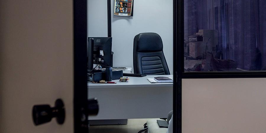 No gabinete de Marielle Franco, flores murchas, telefone que não toca e um melancólico cheiro de incenso no ar (Foto: Alexandre Cassiano/Agência O Globo)