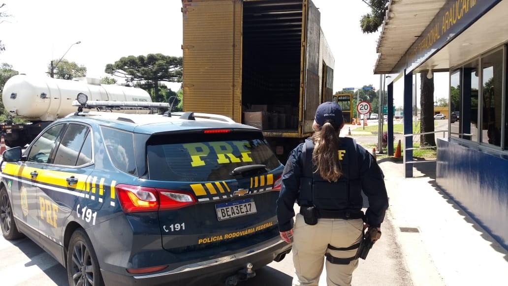 PRF apreende quase 1,5 mil garrafas de vinhos importados da Argentina em caminhão na Região de Curitiba