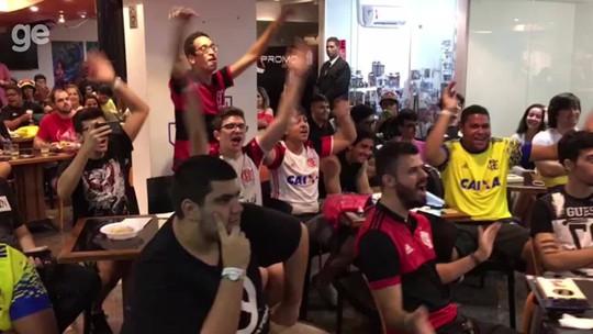 Torcida do Flamengo adapta músicas do futebol no LoL