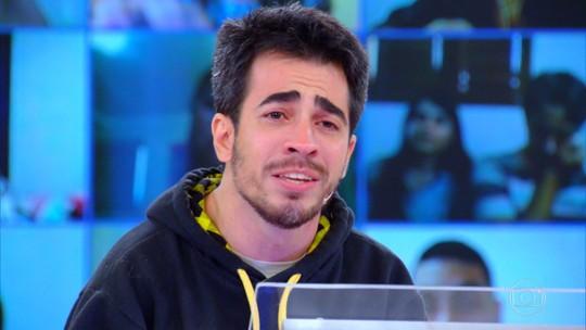Participante com paralisia cerebral leva prêmio e chora ao homenagear o pai