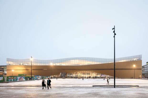 """Biblioteca em Helsinque tem telhado que permite """"flutuar"""" sobre a cidade"""