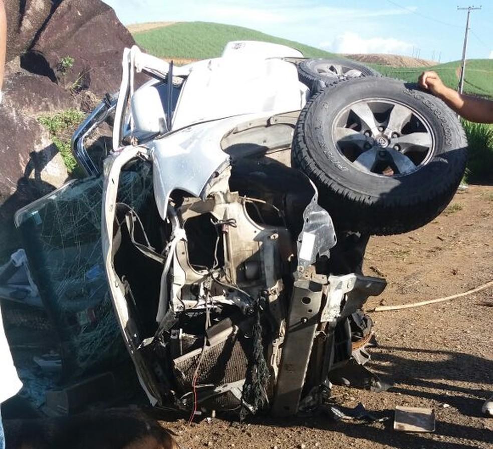 Carro ficou destruído após acidente na PE-60, em Sirinhaém (Foto: Reprodução/WhatsApp)