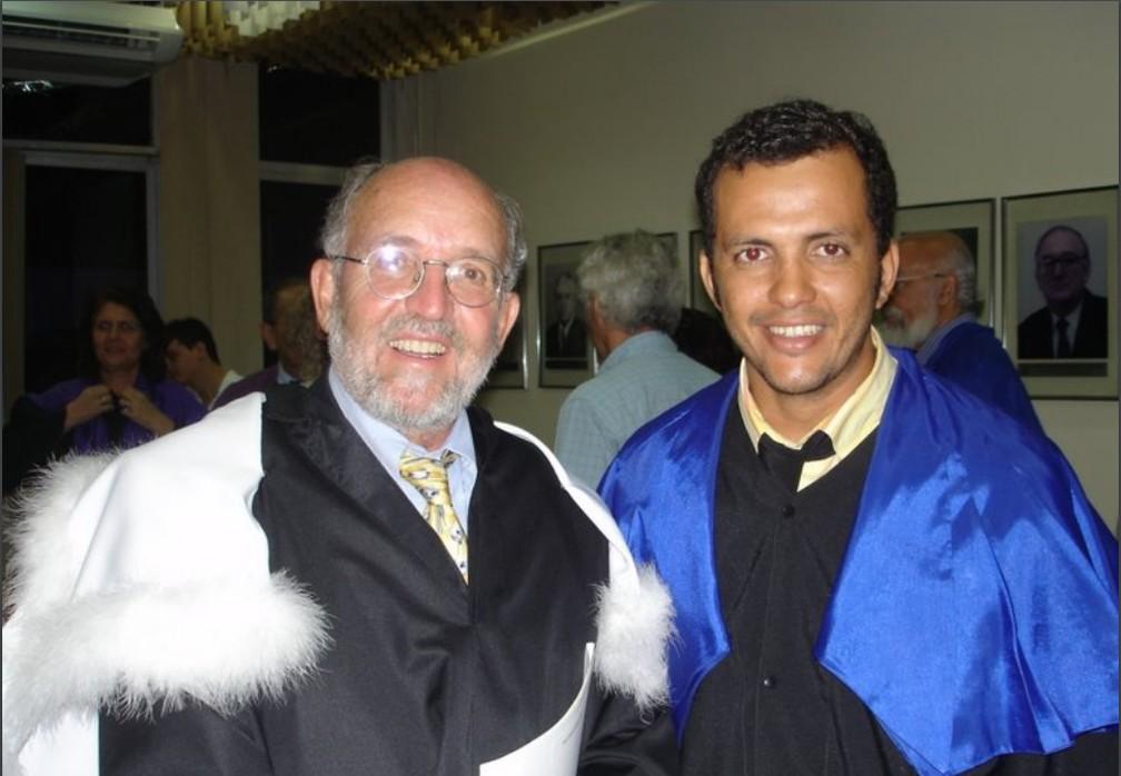 O cientista José Dias Nascimento (dir.), da UFRN e de Harvard, em foto de dezembro de 2006 com o pesquisador Michel Mayor, vencedor do prêmio Nobel de Física de 2019. — Foto: Arquivo pessoal/José Dias Nascimento