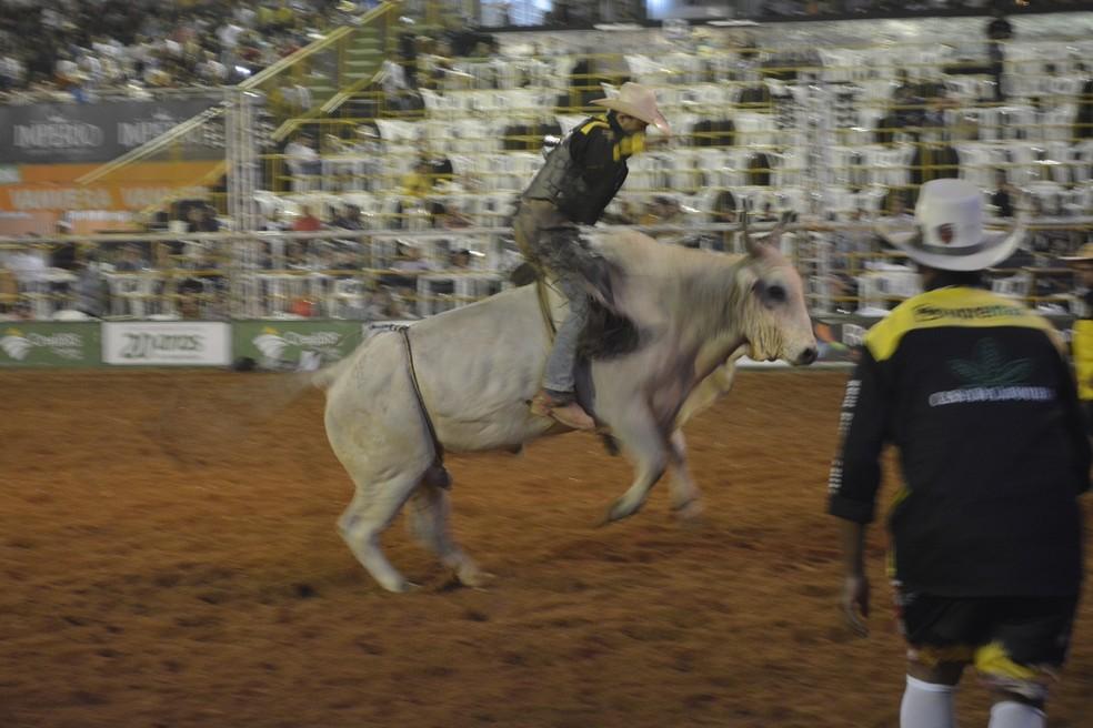 Campeão do rodeio nacional levará um prêmio de R$ 25 mil — Foto: Jeferson Carlos/G1