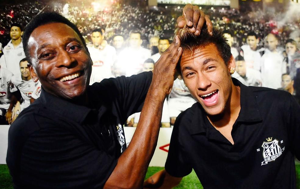 Pelé e Neymar quando o craque do PSG ainda atuava pelo Santos — Foto: Marcos Ribolli