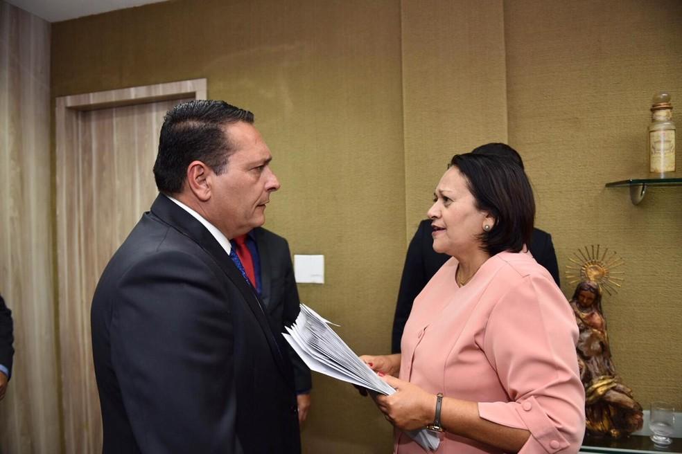 Governadora Fátima Bezerra (PT) e o presidente da AL, deputado Ezequiel Ferreira (PSDB) — Foto: Elisa Elsie/Governo do RN/Divulgação