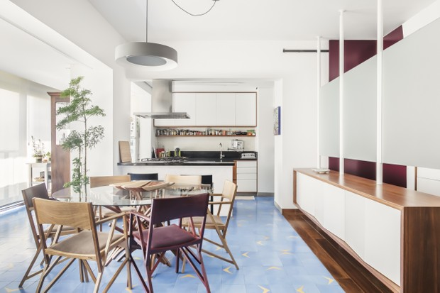 110 m²: decoração com design assinado, plantas e música para um casal (Foto: FOTOS PEDRO NAPOLITANO)