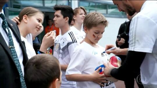 Alemanha faz primeiro treino aberto cercada por torcedores mirins
