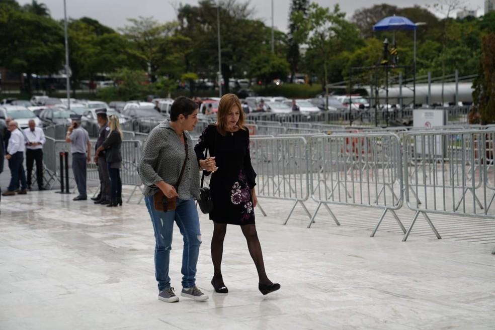 Assessora de imprensa de Gugu, Ester Rocha, acompanha a viúva do apresentador, Rose Miriam Di Matteo, 56 anos ? Foto: Marcelo Brandt/G1