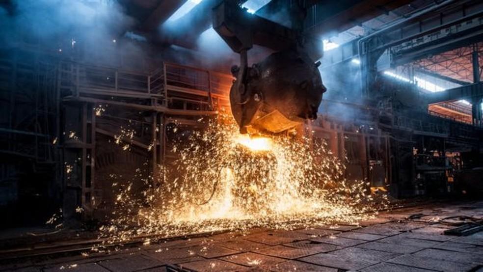 Indústria de aço brasileira sofreu perdas significativas desde a relação comercial entre China e EUA se deteriorou (Foto: GETTY IMAGES)