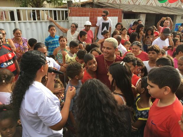 Aldair Playboy presenteia crianças no bairro Cristo Redentor (Foto: Raphael Nascimento/Divulgação)
