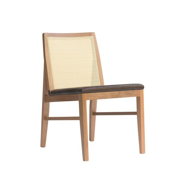 Cadeira Trama, com estrutura de madeira Jequitibá, encosto de palhinha e assento revestido de couro ou tecido, sem braços, 48 x 62 x 83 cm. Fernando Jaeger Atelier, de R$ 1.473 por R$ 1.031  (Foto: Divulgação)