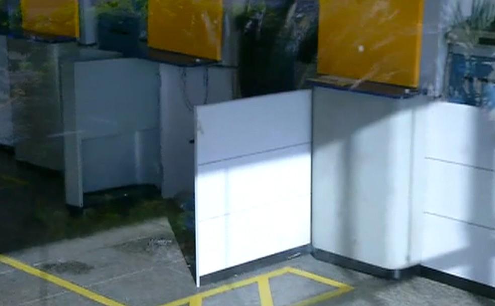 Com maçarico, bandidos arrombam caixa eletrônico em agência na Zona Sul de Natal (Foto: Inter TV Cabugi/Reprodução)