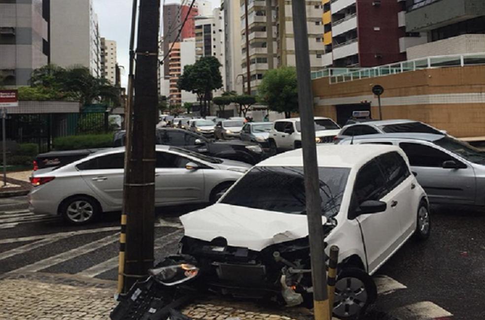 -  Apesar da batida ninguém ficou ferido. Motorista falou que a chuva atrapalhou a visibilidade.  Foto: Alana Araújo/TV Verdes Mares