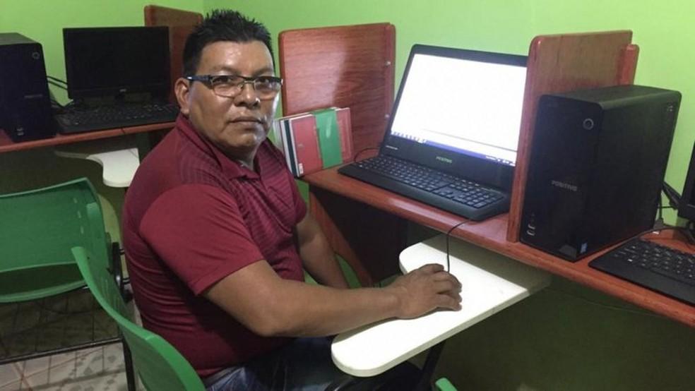 Dionísio, de 54 anos, cursa pedagogia. Ele costumava ir várias vezes ao laboratório da faculdade para acessar a internet (como na foto), mas durante a pandemia teve de suspender essas visitas — Foto: Arquivo Pessoal/BBC