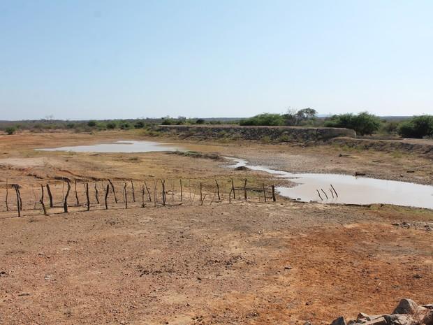 Reservatório do Assentamento Maria Tereza secou (Foto: Taisa Alencar / G1)