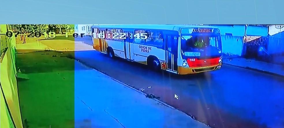 Ônibus que atropelou criança foi filmado por câmeras de segurança e motorista fugiu do local após o acidente (Foto: TVCA/Reprodução)