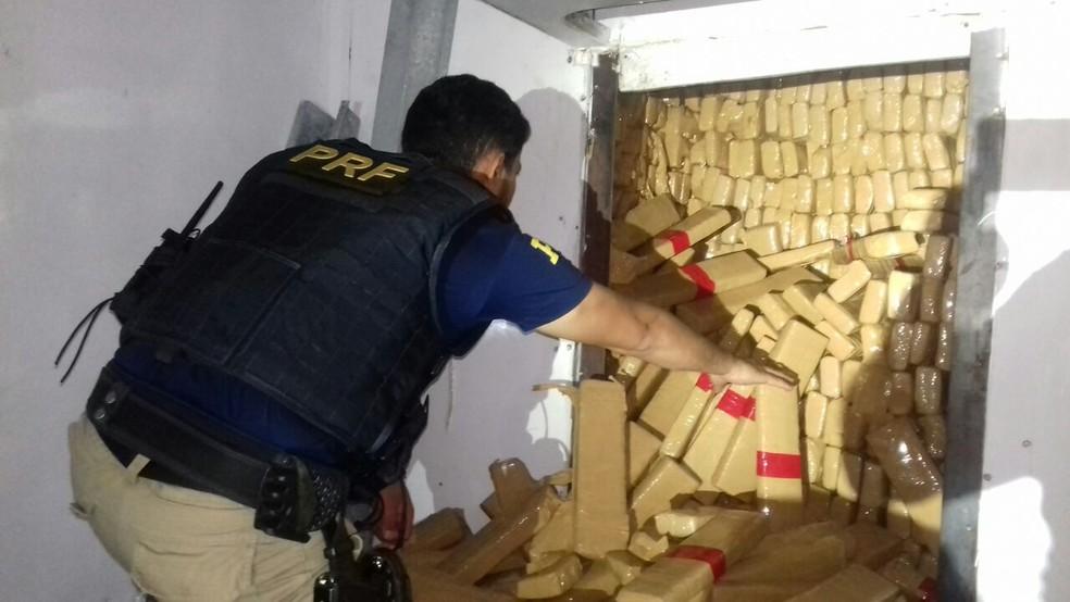 Droga estava em fundo falso de caminhão (Foto: PRF/Reprodução)