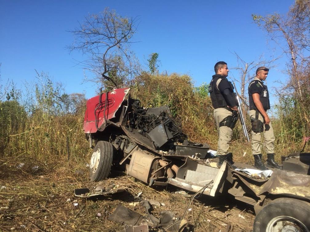 Restos do carro-forte após ser explodido pelo grupo (Foto: Mateus Ferreira)