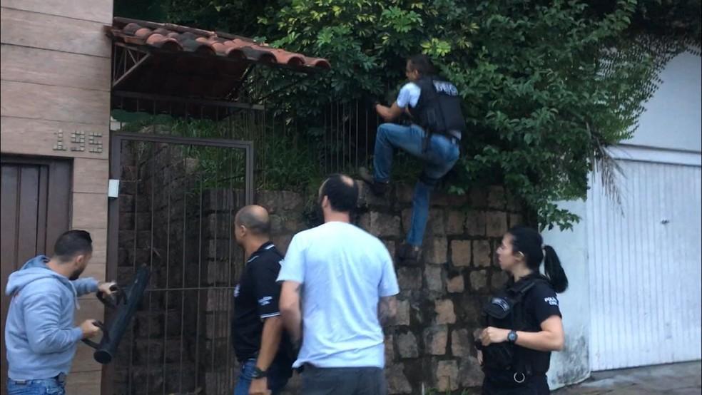 Policiais em uma das residências para o cumprimento das ordens judiciais da terceira fase da operação Macchina Nostra (Foto: Fábio Almeida/RBS TV)