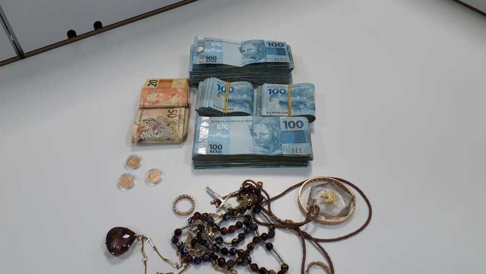 No quarto do hotel, os policiais apreenderam mais de R$ 30 mil em espécie, além de joias. — Foto: PCDF / Divulgação