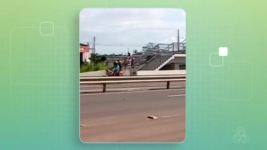 Motociclista é filmado trafegando em passarela destinada a pedestres na BR-210