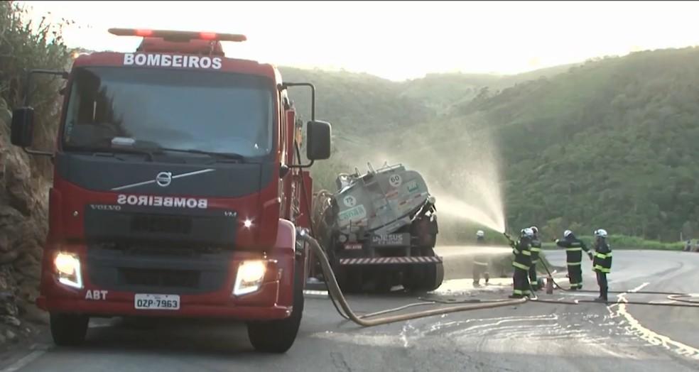 Motorista de caminhão que transportava gasolina morre após veículo se chocar contra barranco no sul da BA — Foto: Reprodução/TV Sudoeste