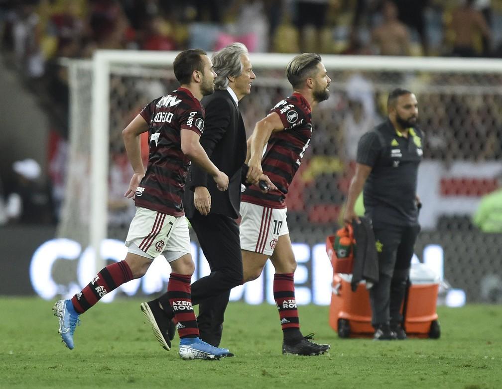 Everton Ribeiro, Jorge Jesus e Diego comemora com a torcida a classificação para a final da Libertadores — Foto: André Durão