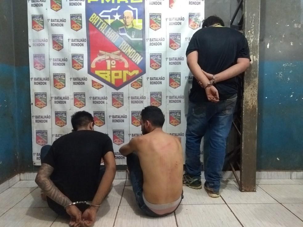 Trio que estava no carro não sofreu ferimentos graves; os três foram encaminhados à Central de Polícia (Foto: Toni Francis/G1)