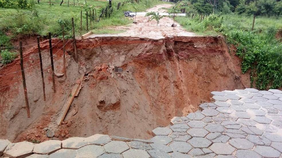 Chuvas abre uma cratera na estrada que liga o município de Chalé a Conceição de Ipanema. (Foto: Ivan Oliveira / Arquivo Pessoal )
