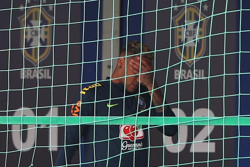 Neymar sai do treino com dores no tornozelo direito (Foto: Hannah McKay/Reuters)