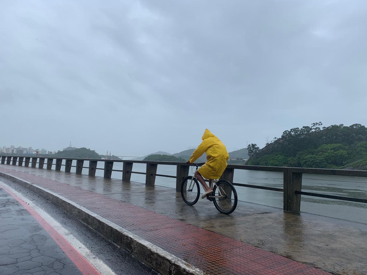 ES tem alertas de chuvas intensas, ressaca e ventos de até 100 km/h