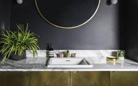 8 banheiros pretos repletos de personalidade