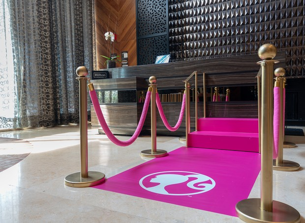 Logo na recepção, os hóspedes são recebidos por um tapete pink da Barbie (Foto: Hilton Mexico City Santa Fé/ Reprodução)